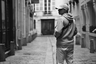 Photo prise Rue de L'Hirondelle dans le Quartier Latin de Paris en présence de Léo Cruz.