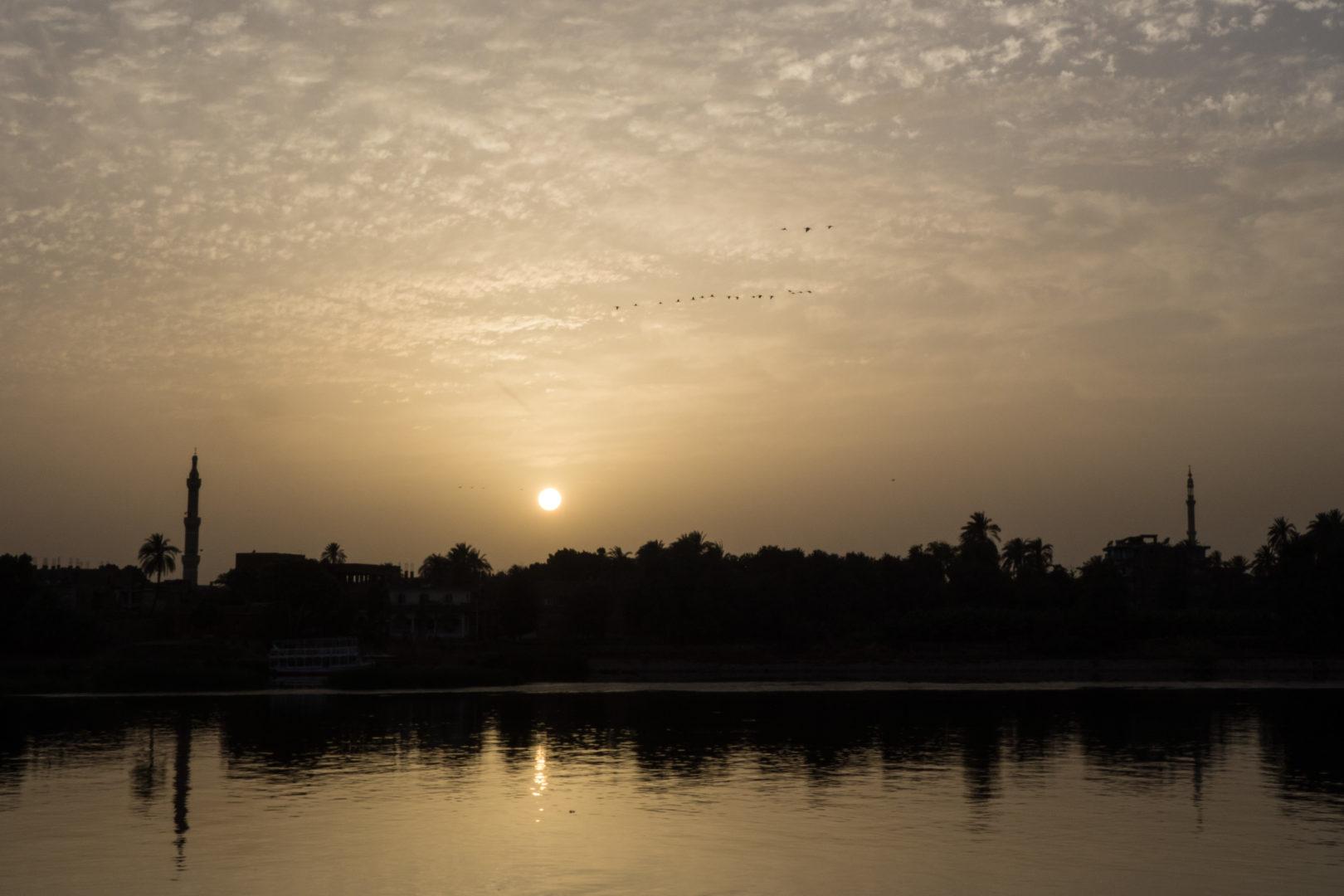 Vol d'oiseaux entre deux minarets au coucher du soleil (Rives du Nil – Egypte – Avril 2019)