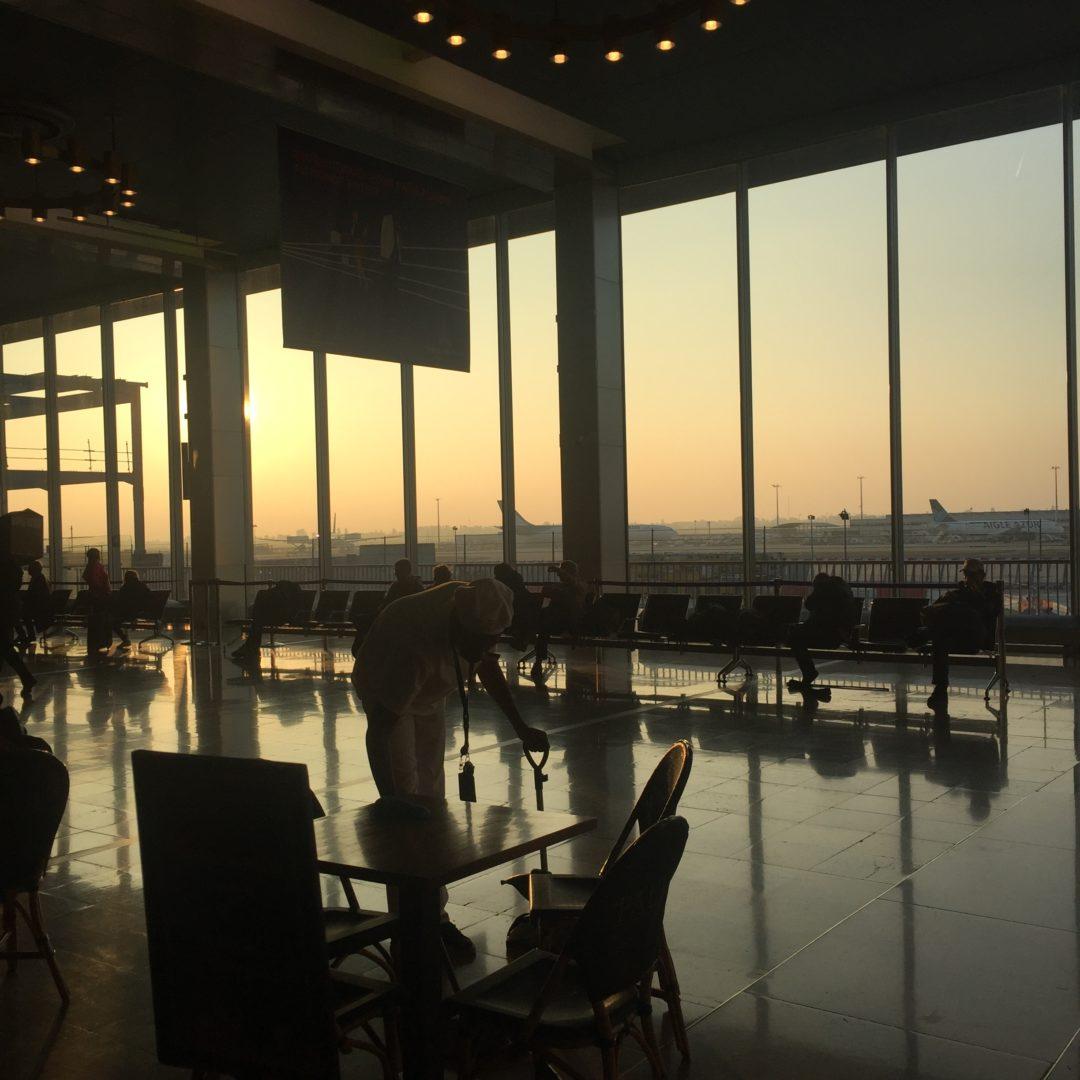 Travailleurs de l'aéroport dans l'ombre au levé de soleil
